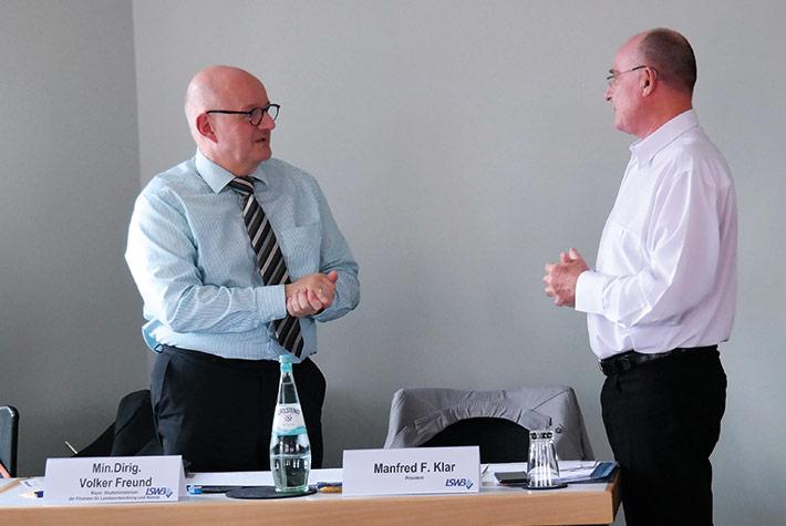 LSWB-Präsident Manfred F. Klar (re.) bedankt sich bei Ministerialdirigent Volker Freund, Steuerabteilungsleiter aus dem Bayerischen Staatsministerium der Finanzen, für seine Mitwirkung.
