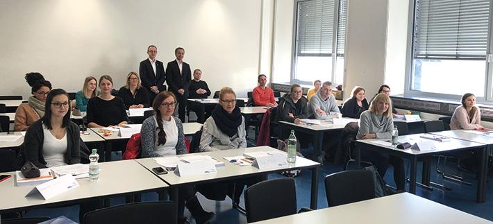 Achim Prölß, Geschäftsführer der Steuerberaterkammer Nürnberg, und Dozent Stefan Franz begrüßten die 18 Teilnehmer.