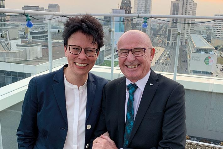 Auf weiterhin gute Zusammenarbeit: Sylvia Mein und Präsident Klar
