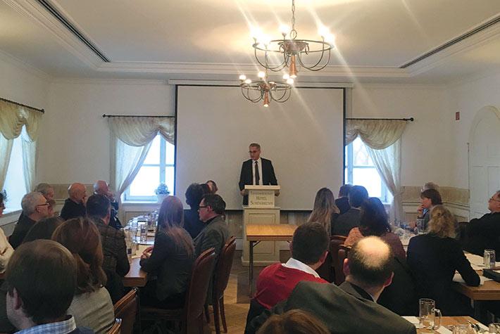 Prof. Dr. Thomas Zinser bei einem Vortrag zum dualen Studium während des Zweigstellen-Stammtischs in Landshut