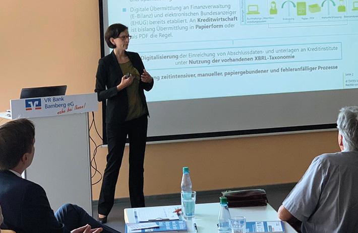 Zweigstellenleiterin Stefanie Obst bei ihrem Vortrag