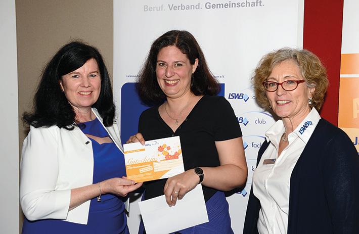 v.l.n.r.: LSWB-Bezirksvorsitzende Nord Martina Högel-Stöckle gratuliert der Gewinnerin Brit Buchele ebenso wie Ulrike  Richter vom LSWB-Mitgliederservice