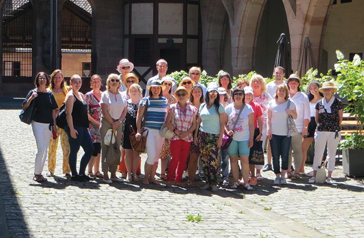 Die LSWB-Mitarbeiter bei ihrer Exkursion im Innenhof des  Heilig-Geist-Spitals.