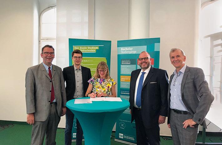 (v. l. n. r.) Prof. Dr. Gerald Mann,  Maximilian Weiß, Eva Schießl, Oliver Dorn, Peter Huber-Jilg