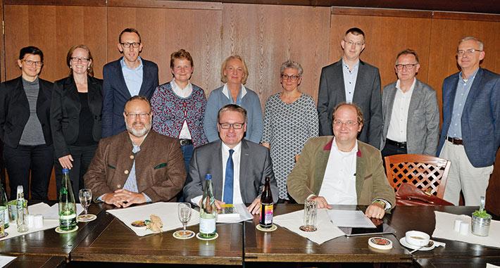 MdL Josef Zellmeier (sitzend, Mitte), Dr. Paul Peter Kern (sitzend, links), Stellvertr. Dr. Thomas Späth (sitzend, rechts), Schulleit. Silvia Obermeier-Frenzl (5.v.l.), Studiendirektorin Ingrid Vandieken (4.V.l.) und Studienrat Michael Hien (3.v.l.)