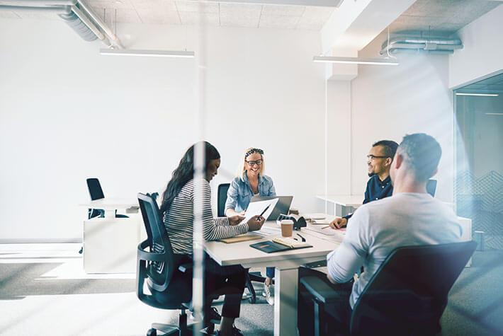Kanzlei-Inhaberin und Mitarbeiter sind sich einig: Gemeinsames Arbeiten ist besser. Teamwork ist in der Kanzlei von Sabine Kastner selbstverständlich.