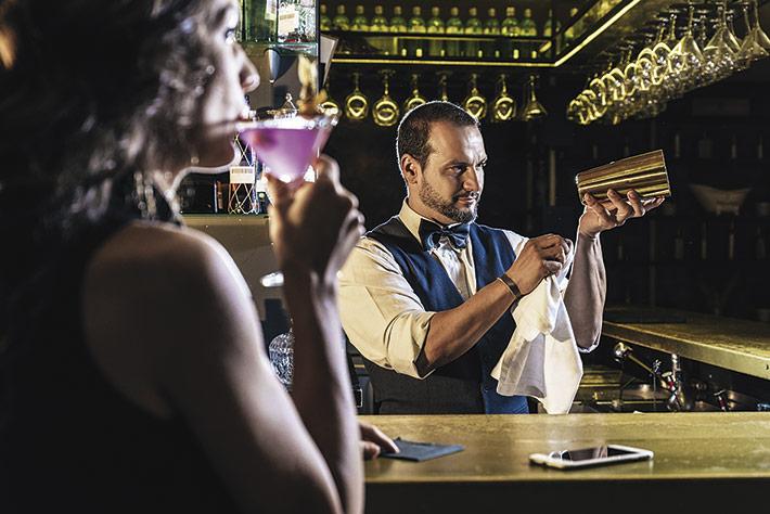 Barkeeper bei der Arbeit: Bei Für viele Gastronomen stellt die Gaststättenkonzession ihre Lebensgrundlange dar.