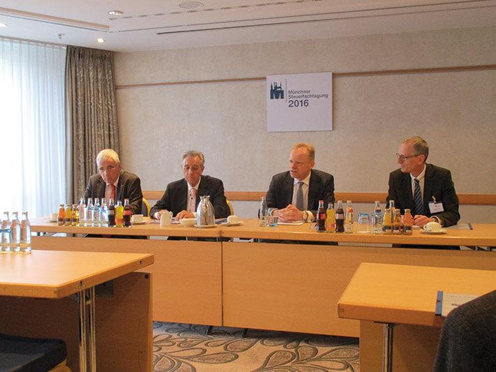 Pressekonferenz (v. l.): Münchens Steuerberaterkammerpräsident Hartmut Schwab, Horst Vinken, Clemens Fuest und BFH-Richter Michael Wendt.