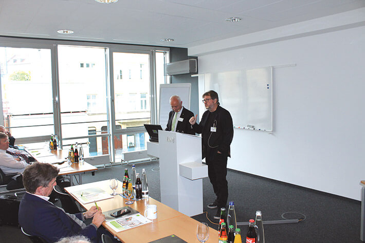 Regionaler Infotag in München: Andrejs G. Laukmanis (r.) stellt gemeinsam mit dem Datev-Fachberater Regionalvertrieb Georg Thaler die wichtigsten Programme und Tools zur Kanzleidigitalisierung vor.